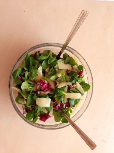 Рецепт Итальянский салат с грушей, грецким орехом и пармезаном.
