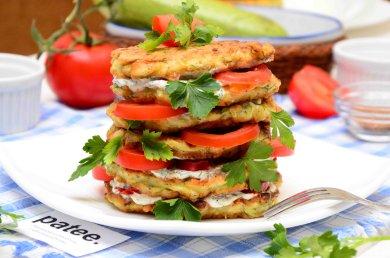 Рецепт Оладьи из кабачков с плавленным сыром и сметанным соусом