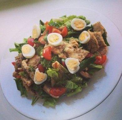 Рецепт Салат с перепелинными яйцами и курицей