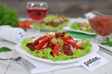 Рецепт Салат с курицей и вялеными помидорами