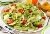 Салат со свежими овощами и перепелиными яйцами
