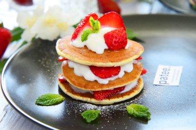 Рецепт Оладьи с клубникой и кремом из йогурта