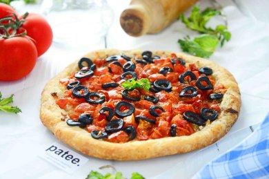 Рецепт Лепешка из слоеного теста с помидорами и оливками
