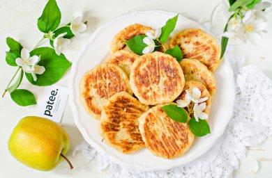 Рецепт Диетические сырники с яблоками