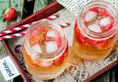 Лимонад с клубникой и тимьяном