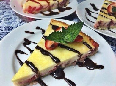 Рецепт Клубничный пирог с творожной начинкой.
