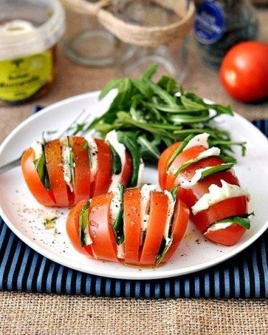 """Рецепт Cалат """"Капрезе"""" в помидоре"""