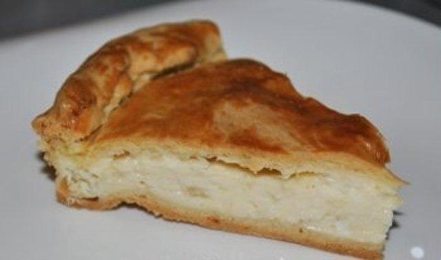 Пирог с плавленным сыром и луком