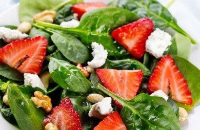 Рецепт Салат со шпинатом и клубникой