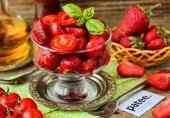 Салат из клубники и помидоров черри