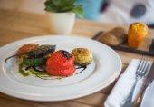 Овощи-гриль с соусом песто