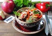 Теплый салат из куриных желудков с болгарским перцем и яблоками