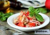 Салат из розовых помидоров с тунцом