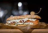 Бутерброд с лососем и огуречным соусом