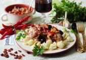 Фрикасе из курицы с красным вином, болгарским перцем и изюмом