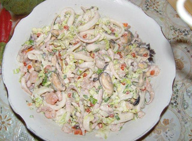 Салат с морским коктейлем с яйцом рецепт с