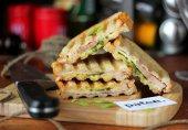 Сэндвич с ветчиной, сыром и зелёным луком
