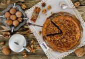 Яблочный пирог с засахаренными орешками