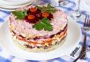 Слоёный салат с сельдью, сыром и свёклой