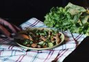 Теплый салат с курицей и манго