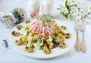Салат с крабовыми палочками, маринованными грибами и сыром