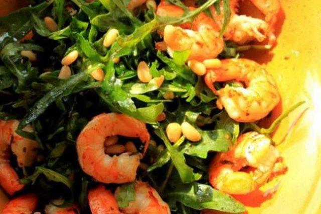 Салат с рукколой и креветками и кедровыми орешками