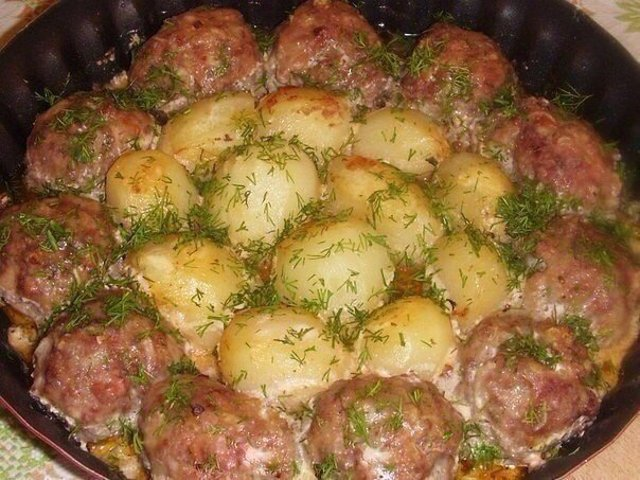 Котлетки с картошкой в сметанном соусе