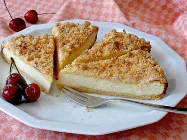 Пирог из песочного теста с творогом в духовке с фото
