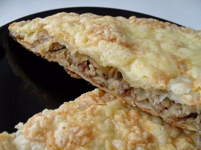 Пирог из слоеного теста с фаршем и грибами рецепт