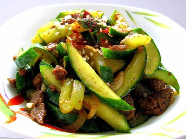 Салат с говядиной и свежим огурцом с