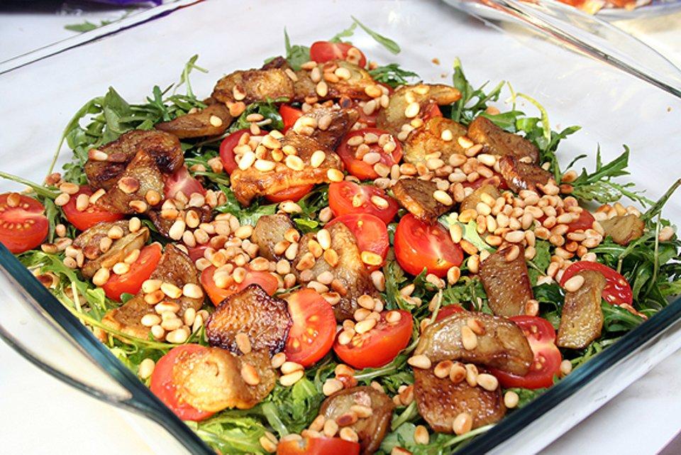 Салат из рукколы с баклажанами