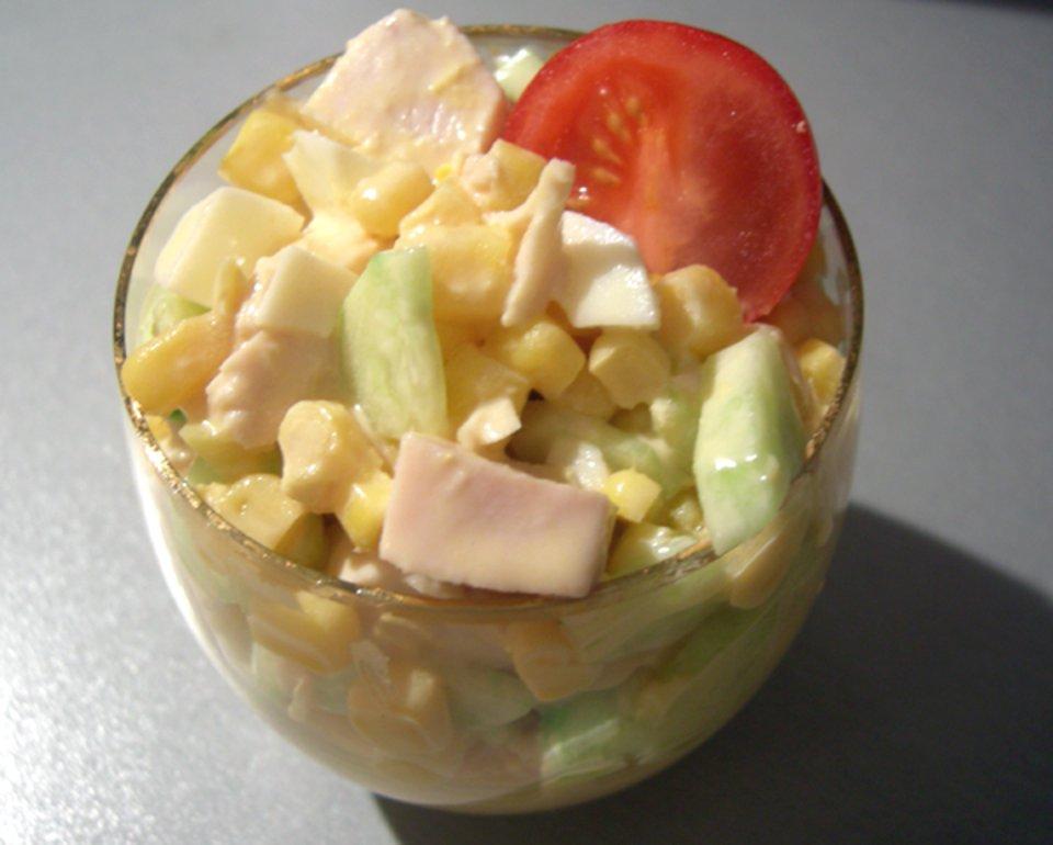Куриный салат с огурцами и манго