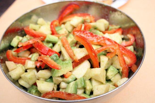Салат с сыром деликатесный простой и вкусный.