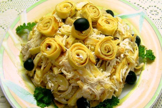 Рецепт салата из яичных блинчиков и грибами