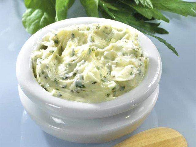 Смотреть Домашнее зеленое масло с чесноком и орехами видео