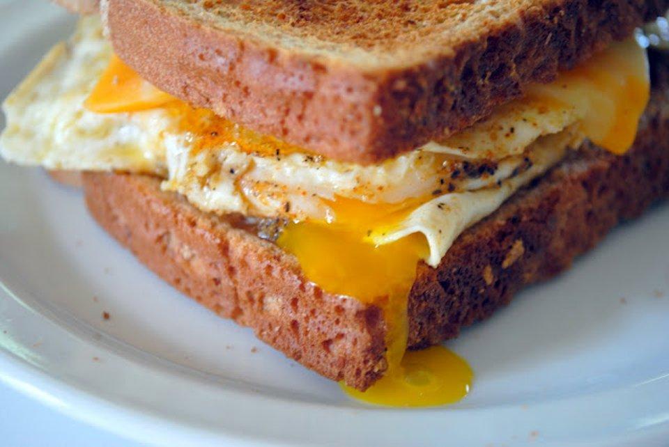 Сэндвич с жаренным яйцом