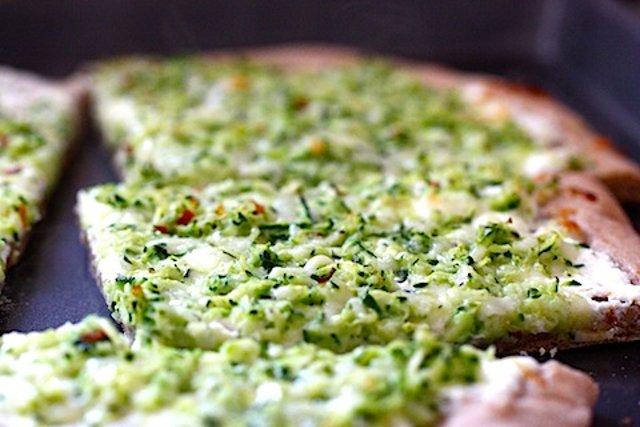 Пицца с сыром и кабачками цуккини