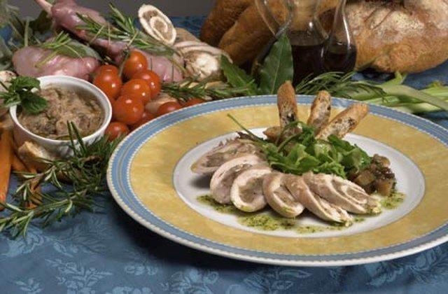 Теплый салат с кроликом и белыми грибами