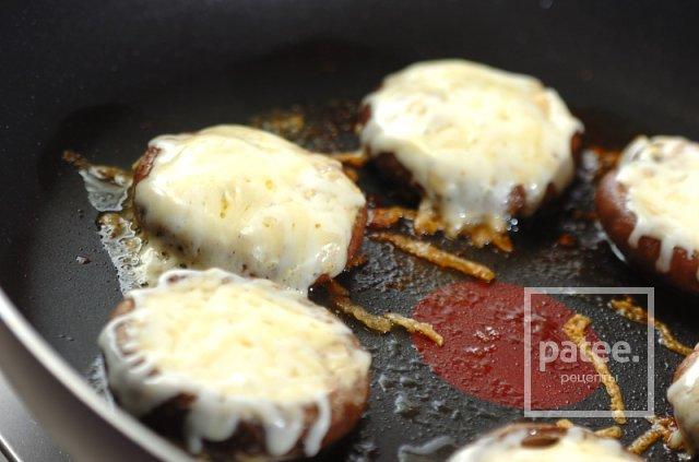 Жареные шиитаке под сырным соусом