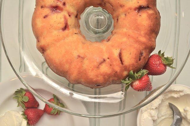 Йогуртный пирог со свежей клубникой