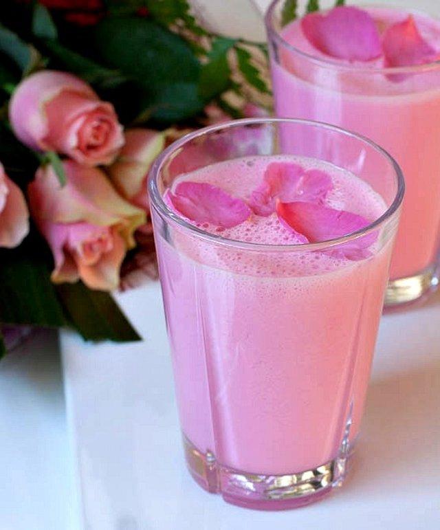 Ласси с розовым сиропом