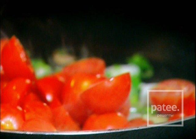 Спагетти с томатами, чили и креветками