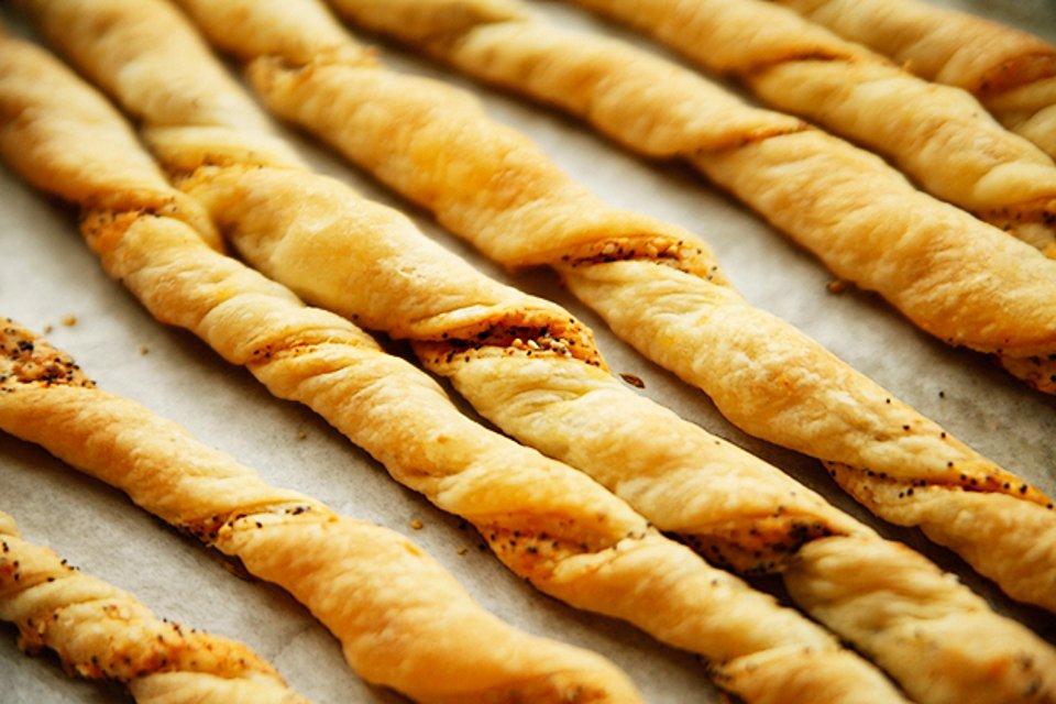Хлебные палочки с сыром и пряностями