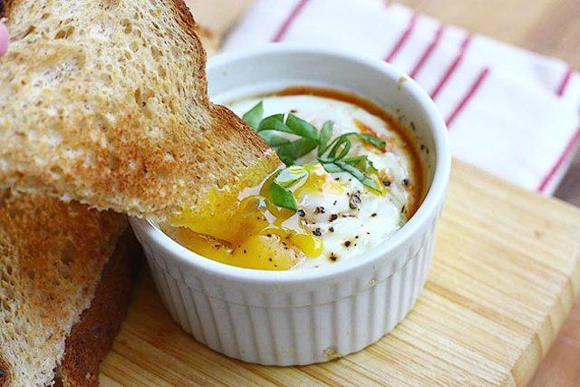 Яйца, запеченные в остром томатном соусе