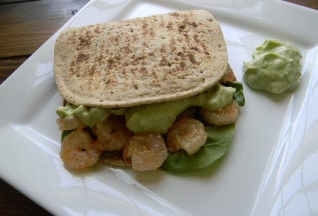 Пита с креветками с соусом из авокадо