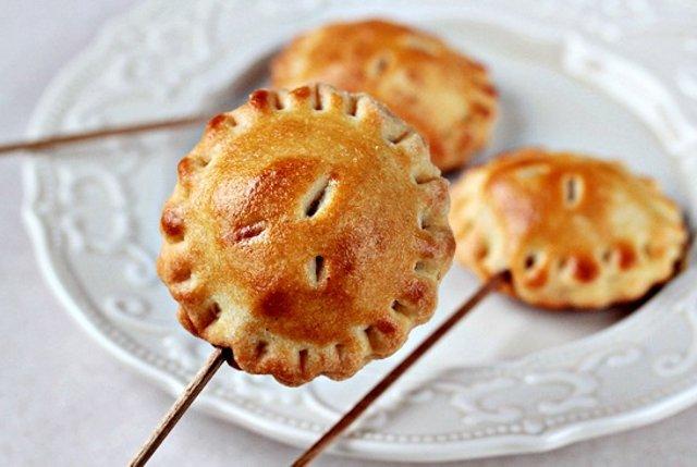 Пирожок с яблоком на палочке