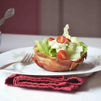 Рецепт Салат БЛТ с авокадо в беконных чашах под соусом