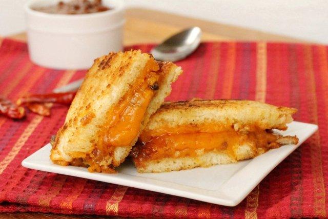 Сэндвичи  с сыром  и соусом чили