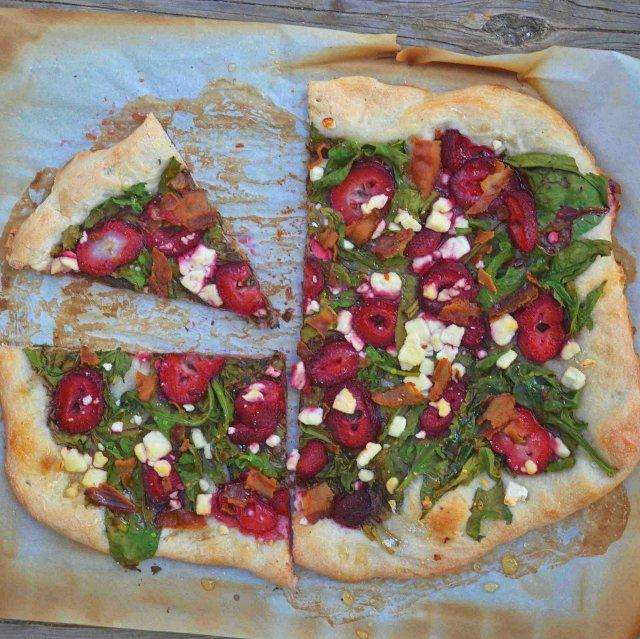 Пицца с клубникой и шпинатом