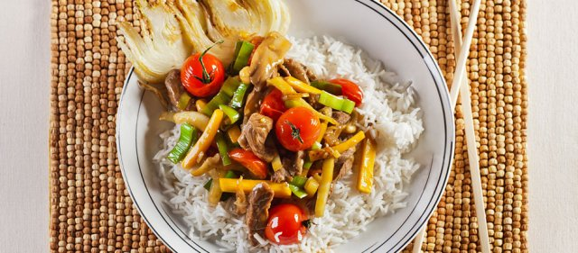 Говядина с овощами и рисом
